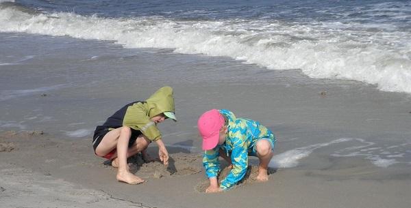 niños-jugando-playa